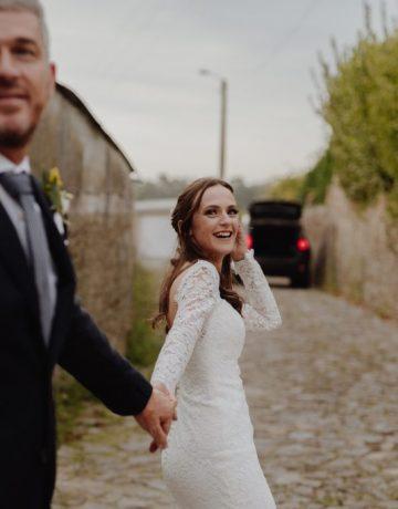 casal a caminha para o carro